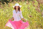 Meisje in een hoed op een achtergrond zomer landschap — Stockfoto