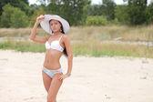Mulher jovem sexy lingerie branca na areia — Foto Stock