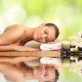 Mulher em salão de spa, deitado sobre a mesa de massagem — Foto Stock