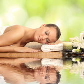 Vrouw in spa salon liggen op het bureau van de massage — Stockfoto