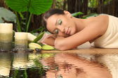 Young healthy girl relaxing in spa — Stockfoto