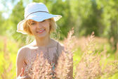 美丽、 可爱的年轻女孩,赤身裸体地站在草 — 图库照片