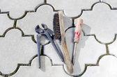 Vecchio tronchesi vecchio cacciavite e filo pennello — Foto Stock