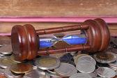 Conceito financeiro, ampulheta com moedas — Fotografia Stock
