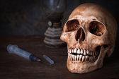 человеческий череп и шприц — Стоковое фото