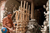 Artisan builds the framework for creating idols — Stock Photo