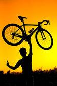 提高他的自行车骑自行车的人 — 图库照片