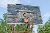 Eski basketbol çember üzerinde mavi bir gökyüzü. — Stok fotoğraf