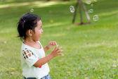 Menina asiática tocando balão bolha — Foto Stock
