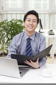 Empresario usando laptop — Foto de Stock
