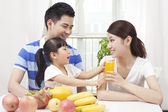 Family making juice — Stock Photo