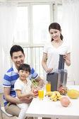 Family making juice — Stock Photo