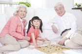 Par med barnbarn spelar — Stockfoto