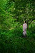 Japanese young woman in spring forest — Stockfoto