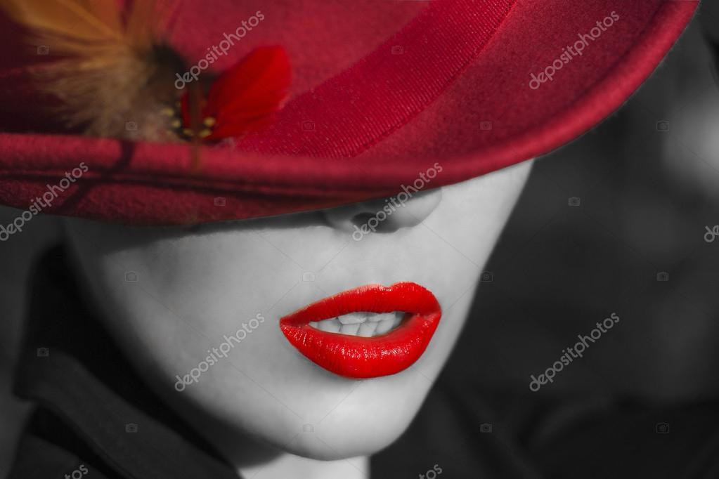 Donna con cappello rosso. manicure e labbra rosse — Foto Stock © Ariadna22822...