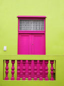 Wall. Door to balcony. Bright colors. Deep pink and yellow-green — Stock Photo