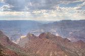 De stralen van de zon door wolken boven grand canyon — Stockfoto