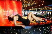 Ragazza sdraiata in bar — Foto Stock
