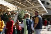 人们聚集在市场 — 图库照片