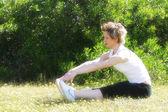 Femme faisant des exercices d'étirement — Photo