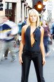 Frau auf schwarz — Stockfoto