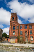 The old abandoned brick industrial building in Northwest England. — Foto de Stock
