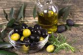 Schwarze und grüne oliven — Stockfoto
