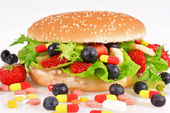 Hamburg with berries, vitamins and nutritional supplements — Stockfoto