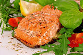 Grilled salmon with arugula and tomatoes — 图库照片