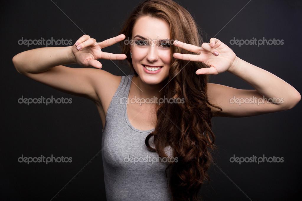 Девушка в серой  фото