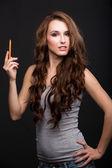 Kalemle gri tişörtlü bir kızın portresi — Stok fotoğraf