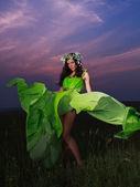 Açık havada güzel bir genç kadının portresi — Stok fotoğraf