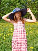 Portrait d'une belle jeune femme à l'extérieur — Photo