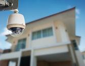 Cctv kamera med hus i bakgrunden — Stockfoto