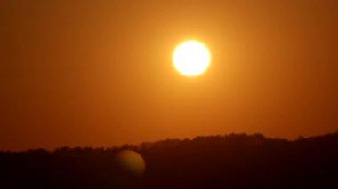 Molnig himmel vid solnedgången — Stockvideo