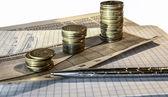 Opwaartse trend stapels munten, op de financiële voorraadgrafieken als achtergrond. — Stockfoto