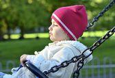 Salıncakta oynayan genç çocuk — Stok fotoğraf
