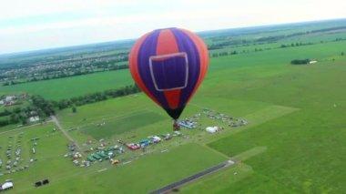 Veduta aerea superiore hot air balloon — Video Stock