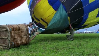 Hot air balloon last seconds before takeoff — Stock Video