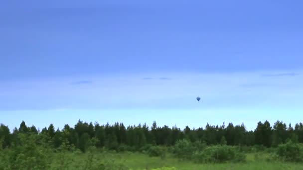 Montgolfière dans le ciel bleu — Vidéo