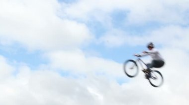 BMX bike jumper failed to jump high — Stock Video