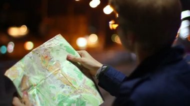 Male looking for route in tourist map — Stock Video
