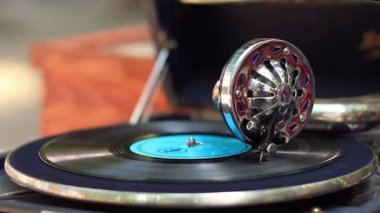 Vintage gramophone playing music — Stock Video