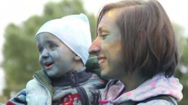 Ağır çekim anne yürümeye başlayan çocuk boyalı eğlenmek yüzü gülüyor — Stok video