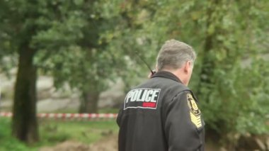Policeman walks — Stock Video