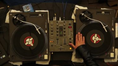 DJ scratching turntables performing — Stock Video