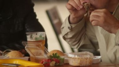 Two men fastfood eaters — Stock Video