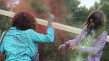 Boya boya atmak gülmekten zevk eğlence festivali kız kadın — Stok video