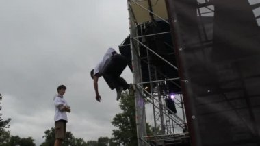 Trampoline spinning and jumping acrobatic stunts and tricks — Stock Video