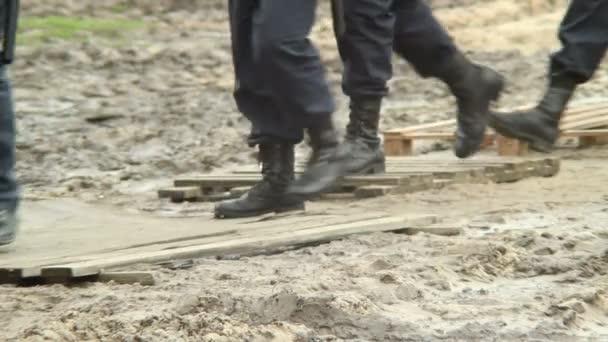 Bottes de soldats militaires massives dans la saleté — Vidéo